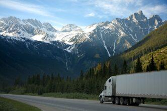 ciężarówka na tle gór